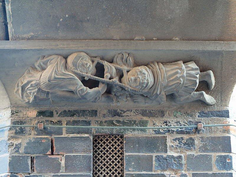 Photo Relief am Lübecker Rathaus im Durchgang von der Br