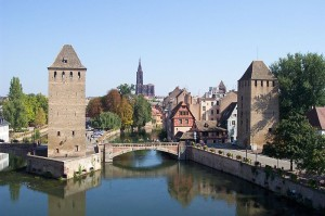 800px-Two_towers_of_Ponts_Couverts_and_Strasbourg_Cathedral_in_the_distance