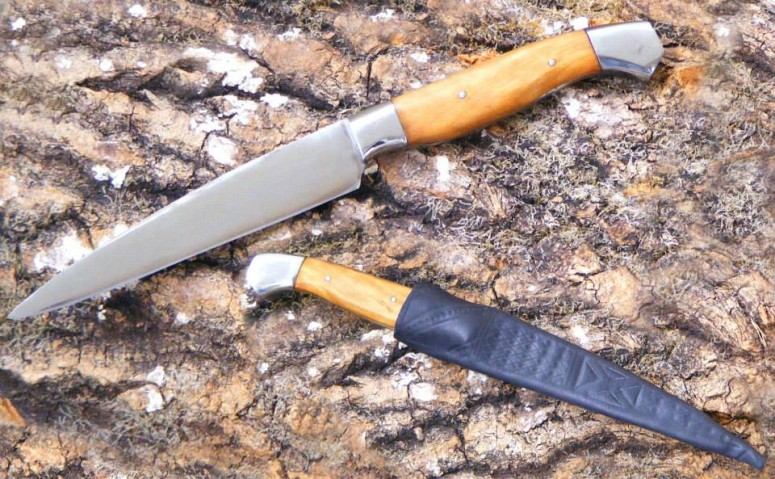This knife is a rather modern design, but I nonetheless gave it a medieval-style scabbard - just because I could. The blade is spring steel, scales are cherry, fittings are mild steel. OAL 250 mm, with a 136 mm blade. Currently at 140 € plus shipping - and for an extra 50 €, I can add decorative filework to the spine of the blade.