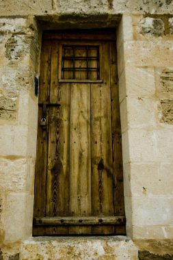 "Old door with ""sprechfenster"" (speaking window), from which the longsword stance takes its name. Photo by Pablo Andres"